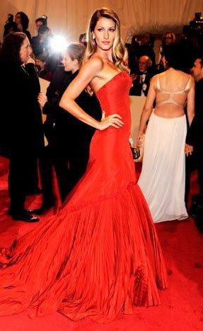 Жизель Бюндхен в вечернем, красном платье со шлейфом