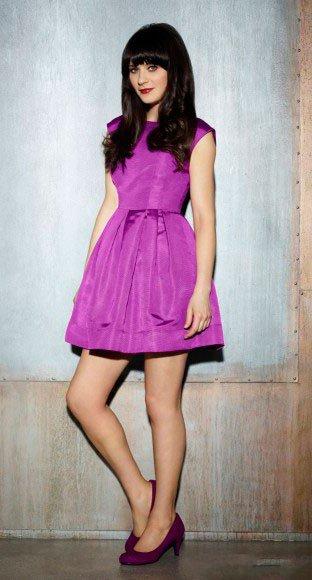 Зоуи Дешанель в коротком, фиолетовом платье и фиолетовых туфлях