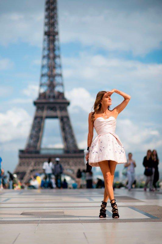 Анна Делло Руссо на неделе моды в Париже весна/лето 2015, в мини платье с юбкой колокольчик