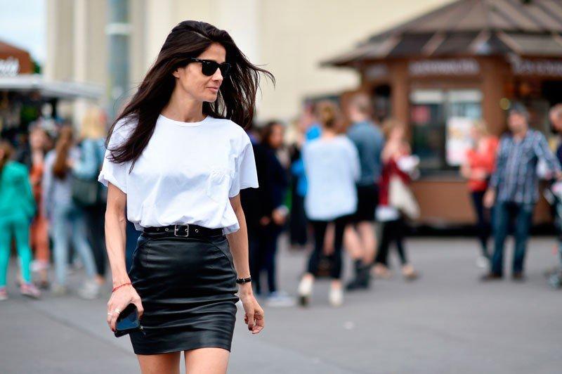 Барбара Мартело на неделе моды в Париже весна/лето 2015, в кожаной мини юбке