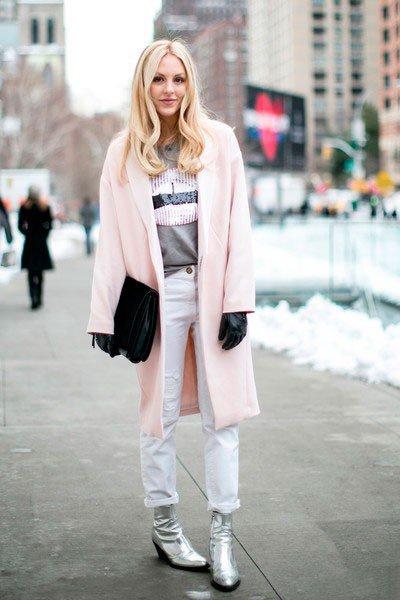 Девушка в пальто, телесного цвета и белых штанах