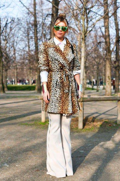 Девушка в леопардовой куртке и белых штанах