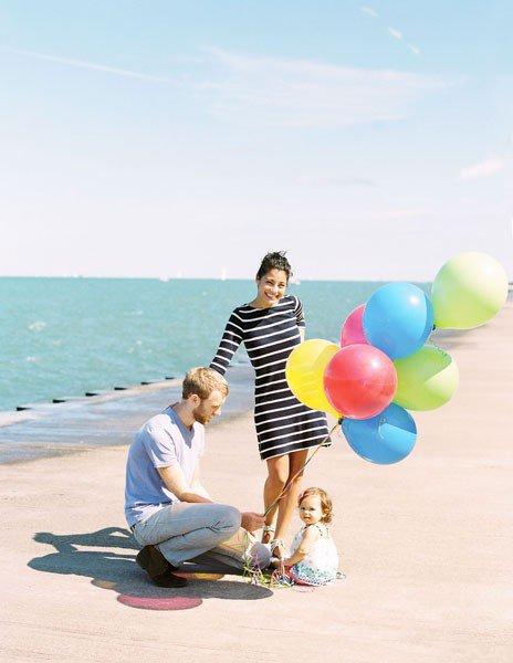 Идеи семейного фото. Фотография Момоко - семья с шариками на пляже