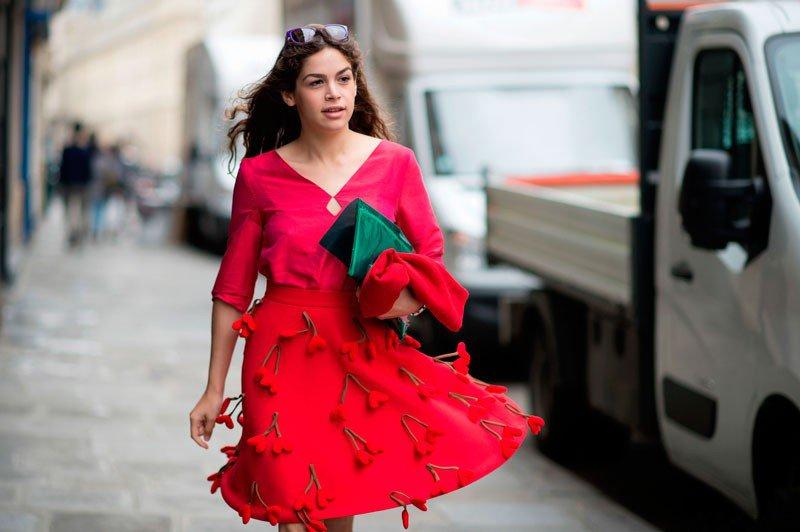Cosima Ramirez на неделе моды в Париже весна/лето 2015, в красном платье с широкой юбкой