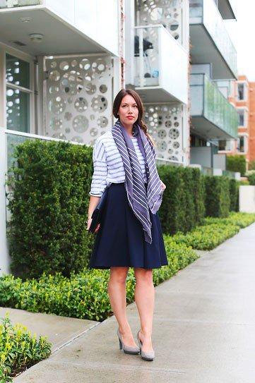 Девушка с шарфом в широкой юбке