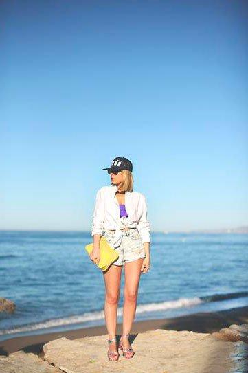 Девушка в шортах и бейсболке