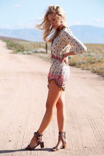 Девушка в летнем платье и шикарных босоножках