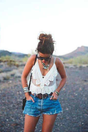 Девушка в джинсовых шортах, белом топе и как аксессуар крупное колье