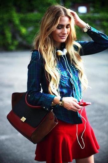 Девушка в красной юбке с наушниками на шее