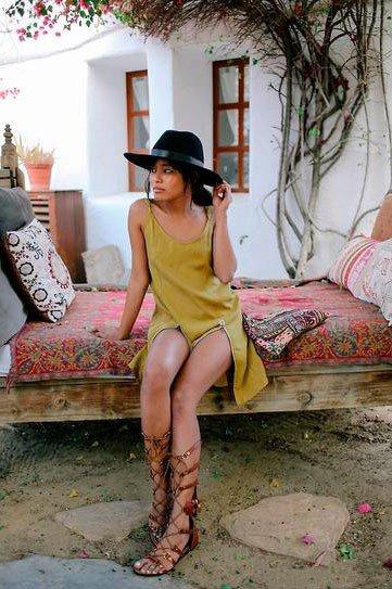 Девушка в желтом платье и черной широкой шляпе