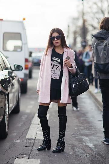 Девушка в розовом пальто с высокими носками и юбкой