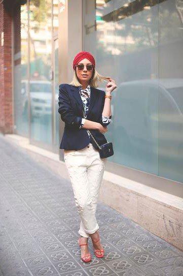 Девушка в белых штанах, пиджаке и стильном тюрбане