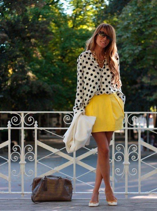 Девушка в желтой юбке колокол и блузе в горошек