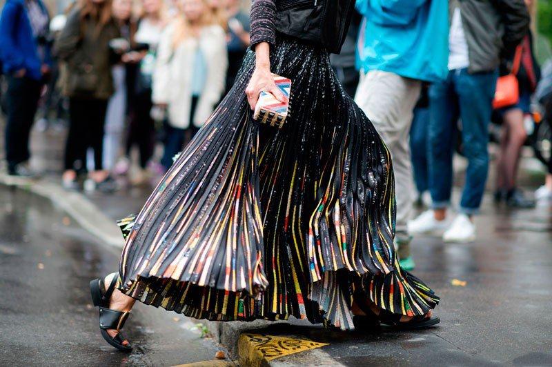 Элина Халими на неделе моды в Париже весна/лето 2015, в широкой длинной юбке