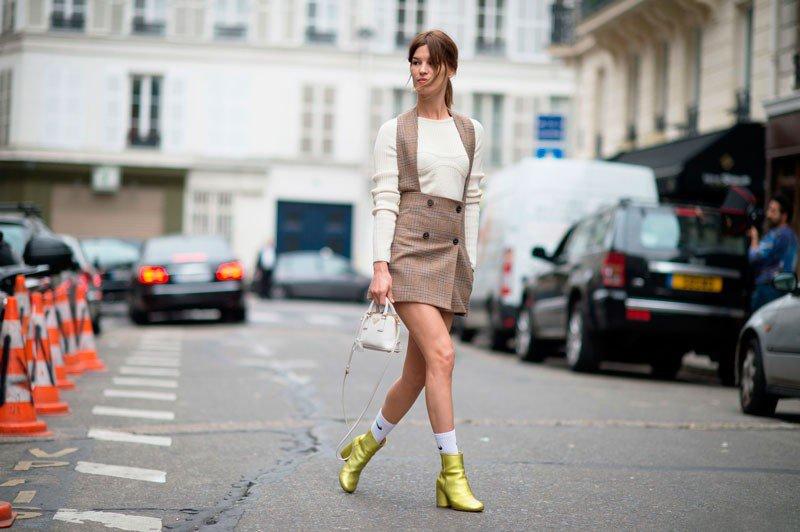Ханнели Мустапарта на неделе моды в Париже весна/лето 2015, в ми-юбке в клетку