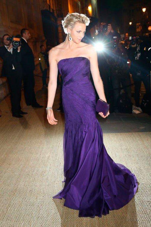 княгиня Монако Шарлен в фиолетовом платье от Ralph Lauren с оригинальным фиолетовым клатчем