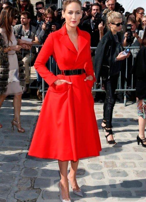 Девушка в красном платье в стиле Нью Лук
