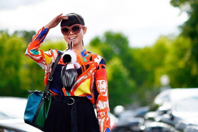 Лиф Гринер на неделе моды в Париже весна/лето 2015, в цветной блузе