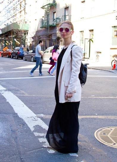 Девушка в черном макси платье и светлом пиджаке