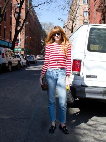 Девушка в синих джинсах и полосатом топе
