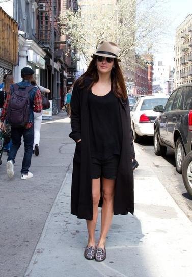 Девушка в черных шортах, футболке и плаще