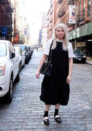 Белая блузка под черным платьем