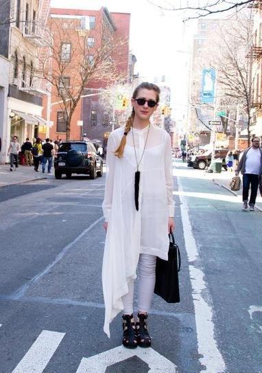 Девушка в белых джинсах и белом платье