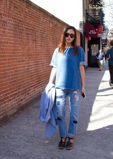 Девушка в рваных джинсах и потрепанной футболке