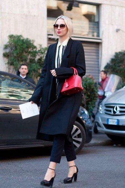 Девушка в пальто и коротких брюках от Dolce & Gabbana. Неделя моды в Милане осень/зима 2015