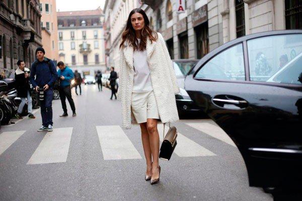 Девушка в белом пальто, топе и юбке от Iceberg. Неделя моды в Милане осень/зима 2015