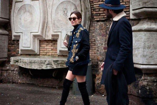 Девушка в ботфортах и одежде от Alberta Ferretti. Неделя моды в Милане осень/зима 2015