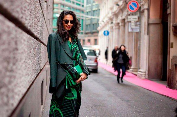 Девушка в зеленом платье Blugirl. Неделя моды в Милане осень/зима 2015