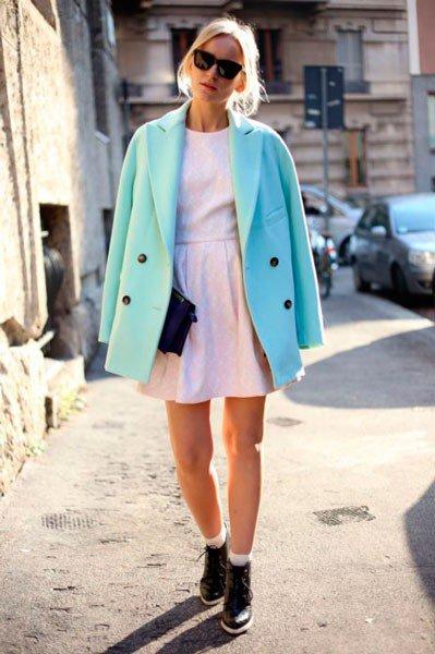 Девушка в белом платье и голубом пальто от Blumarine. Неделя моды в Милане осень/зима 2015