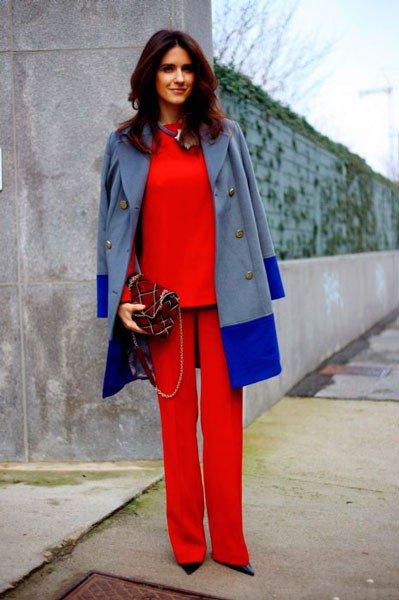 Девушка в пальто и красном костюме от Bottega Veneta. Неделя моды в Милане осень/зима 2015