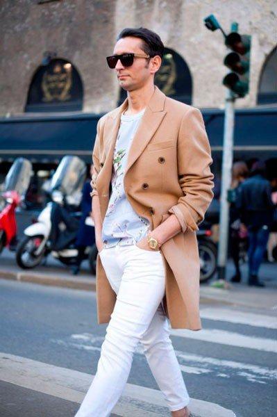 Мужчина в белых джинсах и пальто от Dolce & Gabbana. Неделя моды в Милане осень/зима 2015