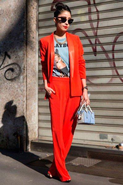 Девушка в красном, брючном костюме от Dolce&Gabbana. Неделя моды в Милане осень/зима 2015