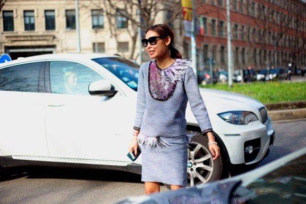 Девушка в кофте и юбке от Emporio Armani. Неделя моды в Милане осень/зима 2015