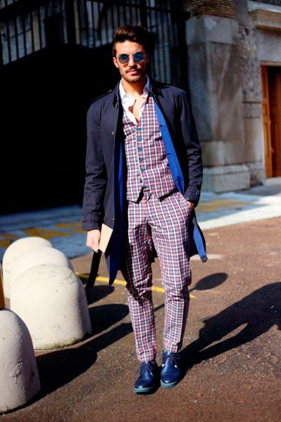 Парень в клетчатых штанах, жилетке и темно-синем плаще от Ermanno Scervino. Неделя моды в Милане осень/зима 2015