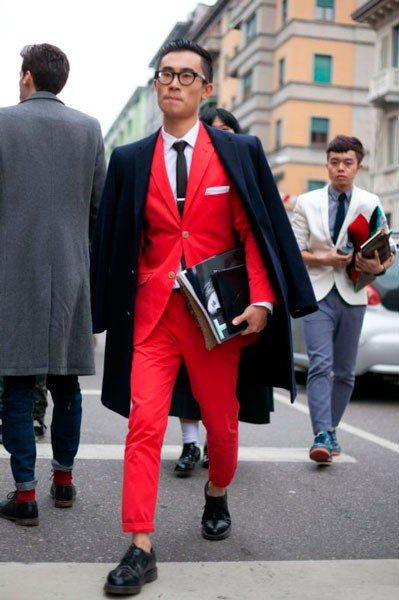 Мужчина в красном костюме и пальто от Etro. Неделя моды в Милане осень/зима 2015