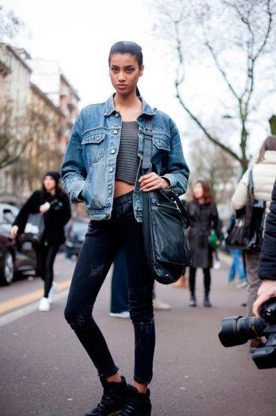 Девушка в джинсах и джинсовой ветровке от Fendi. Неделя моды в Милане осень/зима 2015
