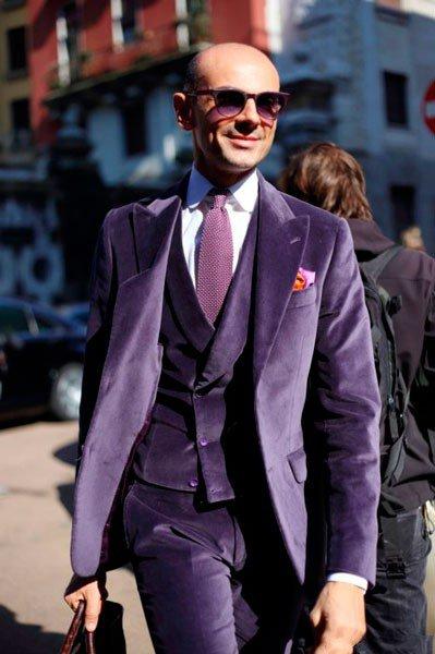 Мужчина в шикарном, фиолетовом костюме от John Richmond. Неделя моды в Милане осень/зима 2015