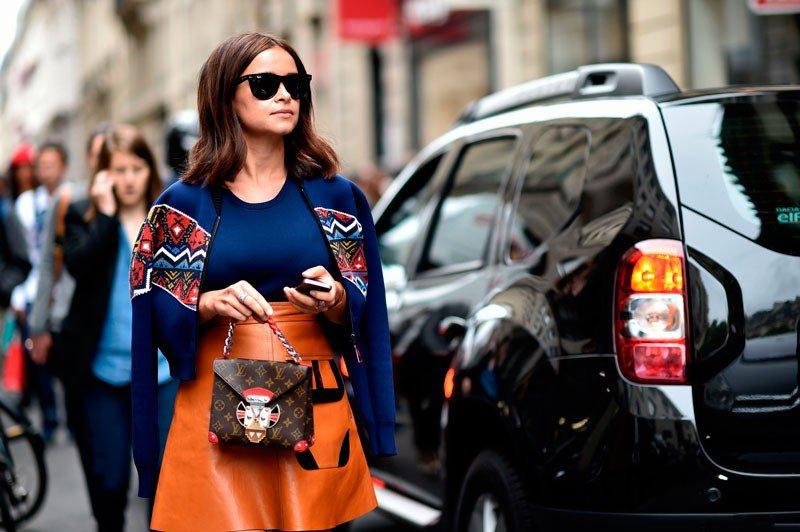 Мирослава Дума на неделе моды в Париже весна/лето 2015, в короткой кожаной юбке