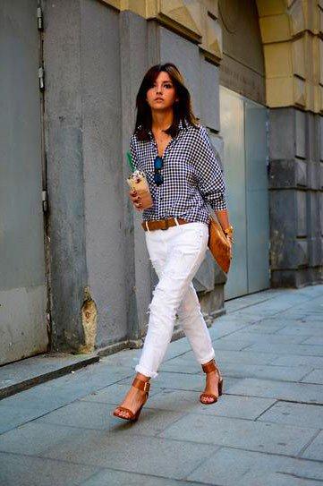 Белые джинсы с коричневыми аксессуарами и темно-синей рубахой в белую точку