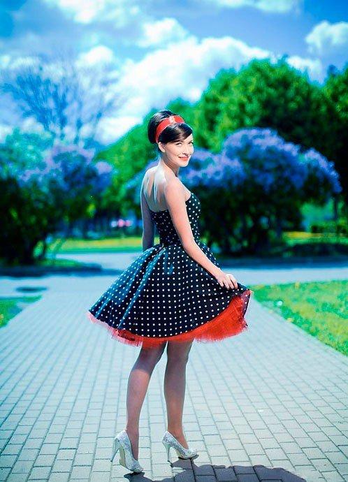 Девушка в платье в горошек в стиле Нью Лук