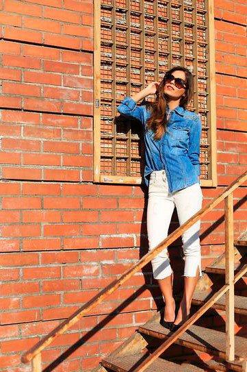 Белые джинсы и синяя джинсовая рубаха