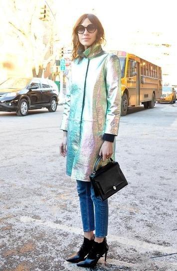 Алекса Чанг в плаще от Marc Jacobs