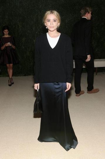 Эшли Олсен в черной юбке в пол