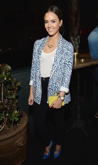 Джессика Альба в темно-синих джинсах и пиджаке