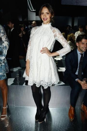 Джессика Альба в белом платье