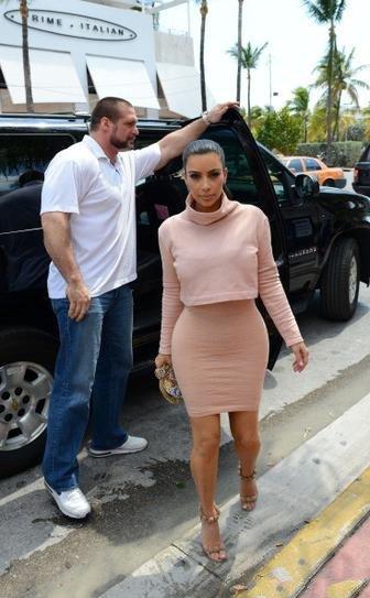 Ким Кардашьян в юбке и топе